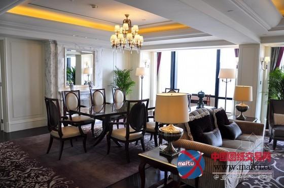 上海外滩华尔道夫酒店是一个由两幢建筑构成的酒店复合体,此中包含已有百年汗青的汗青建筑华尔道夫会所(Waldorf Astoria Club)(用以记念该建筑之前的汗青身份上海总会)和一座新近落成的紧靠黄浦江而立的从属建筑华尔道夫酒店。两座建筑颠末一个露天天井连接起来,正如该品牌的标记性代表纽约华尔道夫酒店的两座塔楼由Peacock Alley走廊连接般千篇一概。 华尔道夫会所的建筑属于雄伟的新古典主义气焰,而其现代化的内部装潢和中国古典特点的家具陈列又与其汗青特点和新建高层塔楼的设计相辅